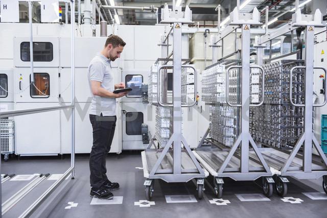 Man using tablet in factory shop floor - DIGF02355 - Daniel Ingold/Westend61