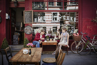 Germany, Hamburg, St. Pauli, Couple sitting in cafe, drinking coffee - RORF00826