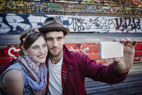 Germany, Hamburg, St. Pauli, Couple taking selfie - RORF00835