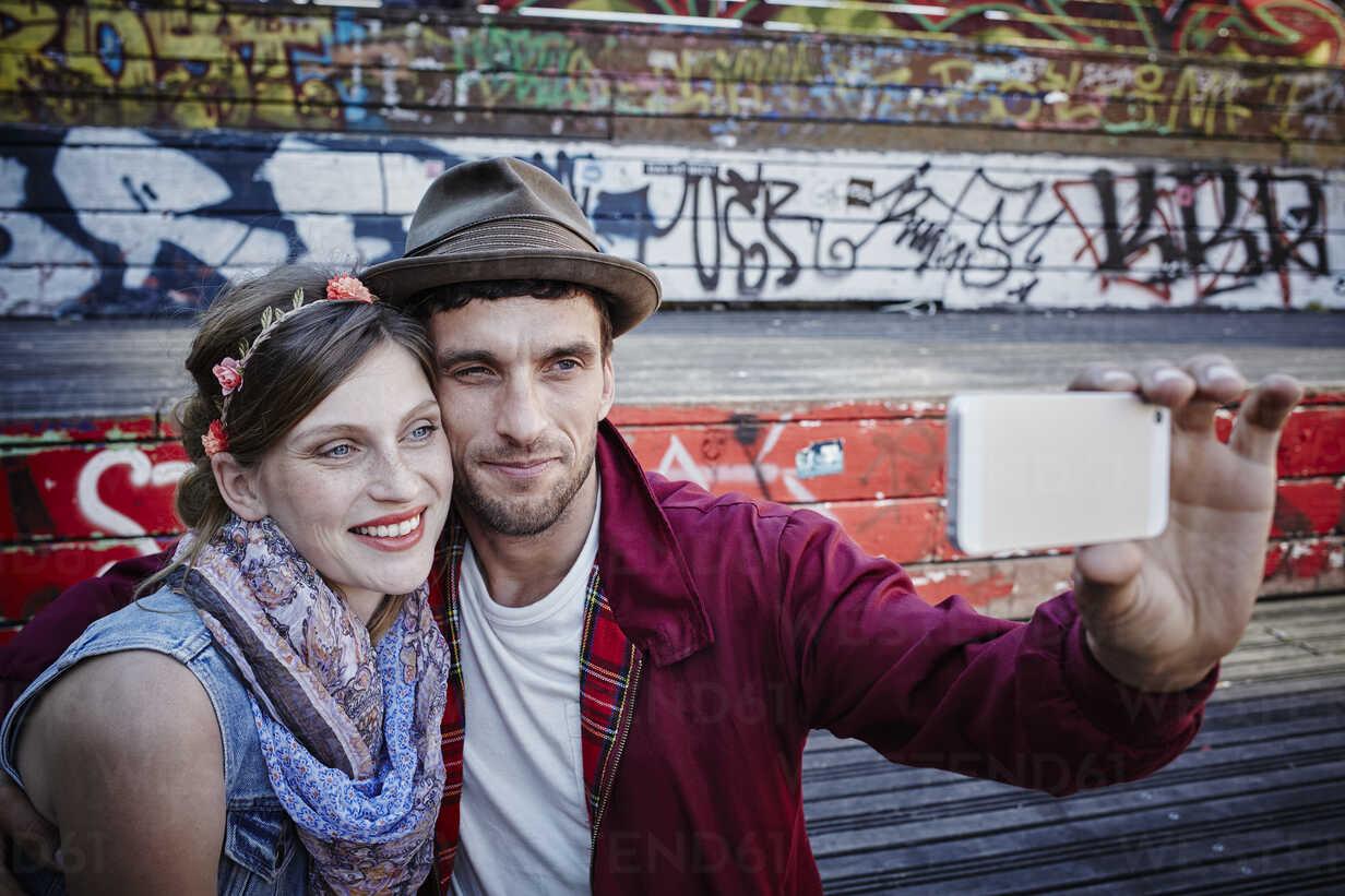 Germany, Hamburg, St. Pauli, Couple taking selfie - RORF00835 - Roger Richter/Westend61