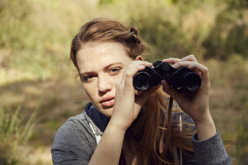 Portrait of young woman with binoculars - SRYF00491