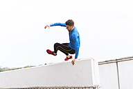 Young athlete crossing a wall - DIGF02406