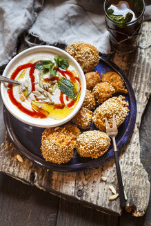 Millet falafel with spicy mint-yogurt-sauce and Moroccan mint tea - SBDF03199