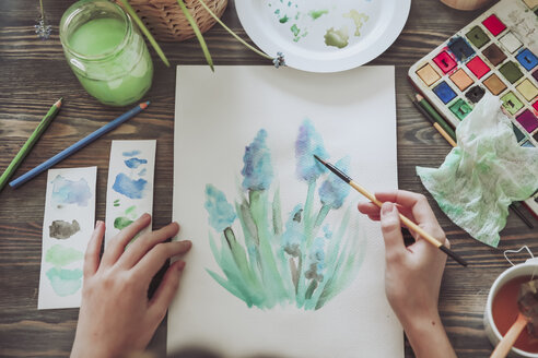 Young woman painting plants with water colors - RTBF00864