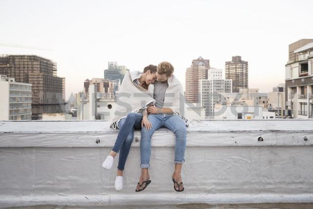 Romantic couple sitting on rooftop terrace, enjoying the view - WESTF23149 - Fotoagentur WESTEND61/Westend61