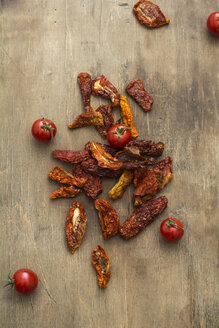Dried tomatoes and fresh tomatoes on wood - ODF01490