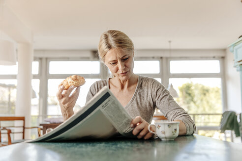 Woman at home having breakfast - JOSF00793