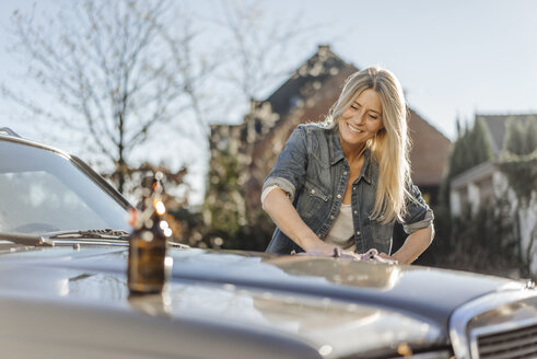 Woman cleaning her car - JOSF00874