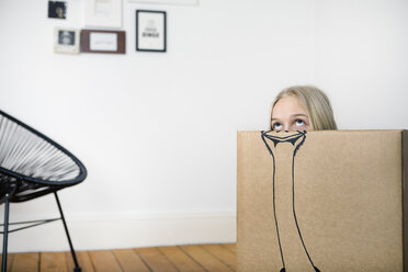 Girl inside a cardboard box painted with an ostrich - PSTF00012