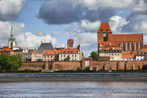 Poland, Torun, view to city skyline with Vistula River in the foreground - ABOF00196