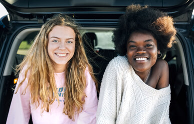 Portrait of two best friends sitting in a car - MGOF03333