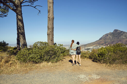 South Africa, Cape Town, Signal Hill, two young women overlooking the city - SRYF00513