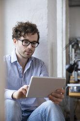 Man using tablet in office - FKF02242