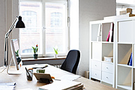 Desk in empty office - FKF02296