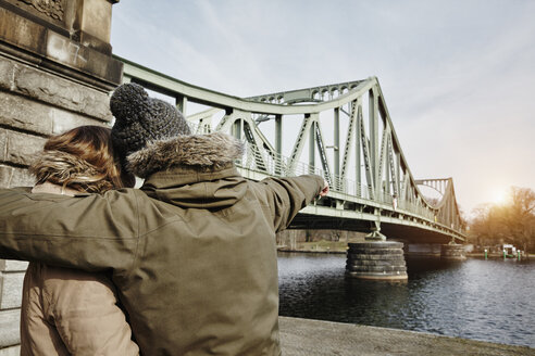 Germany, Potsdam, young couple at Glienicke Bridge - ANHF00027