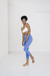Fit young woman laughing loud - KNSF01400