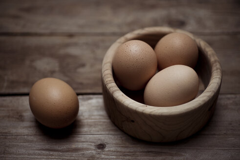 Organic brown eggs in a wooden bowl - CZF00286