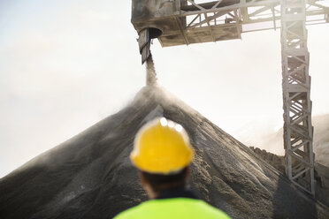 Worker wearing protective clothing standing at quarry - ZEF13740