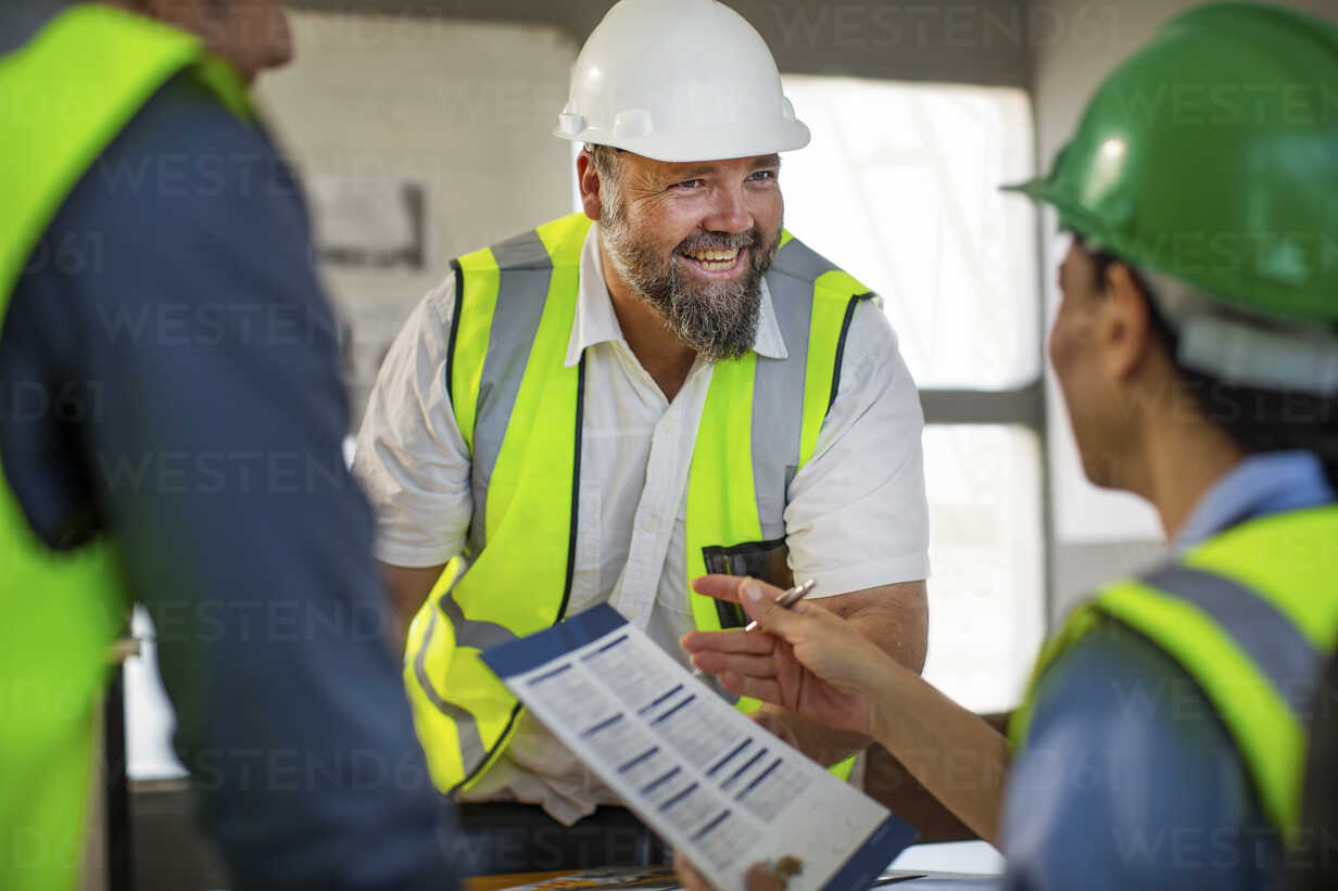Workers discussing at site office - ZEF13746 - zerocreatives/Westend61