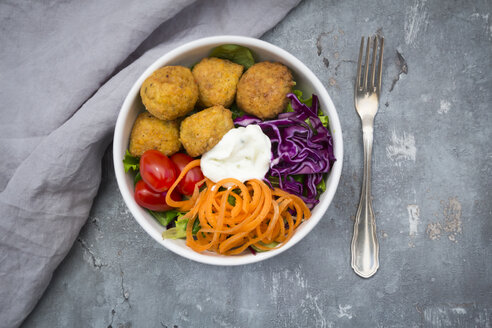 Lunch bowl of leaf salad, red cabbage, tomatoes, carrots, Falafel and yoghurt sauce - LVF06142