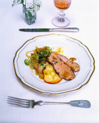Veal roast with onions and iced apple slices - PPXF00067