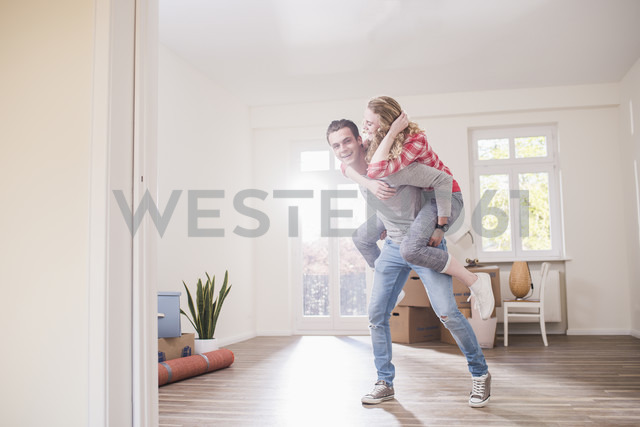 Playful young couple in new home - UUF10746