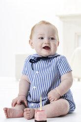 Portrait of baby boy with little birthday cake - FSF00920