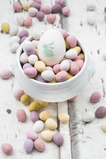 Chocolate Easter eggs and painted Easter egg in bowl - LVF06150