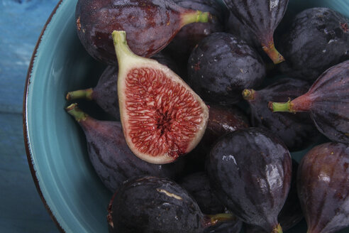 Sliced and whole figs in a bowl - RTBF00891