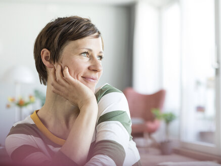 Portrait of smiling woman at home - RBF05698