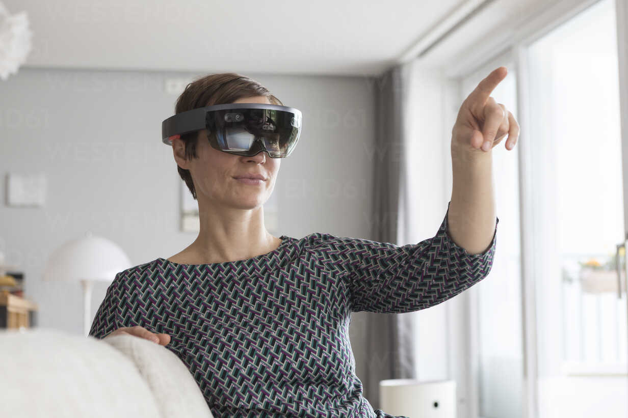 Woman at home using Augmented Reality Glasses at home - RBF05740 - Rainer Berg/Westend61