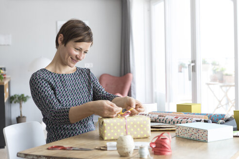 Woman wrapping gifts - RBF05743
