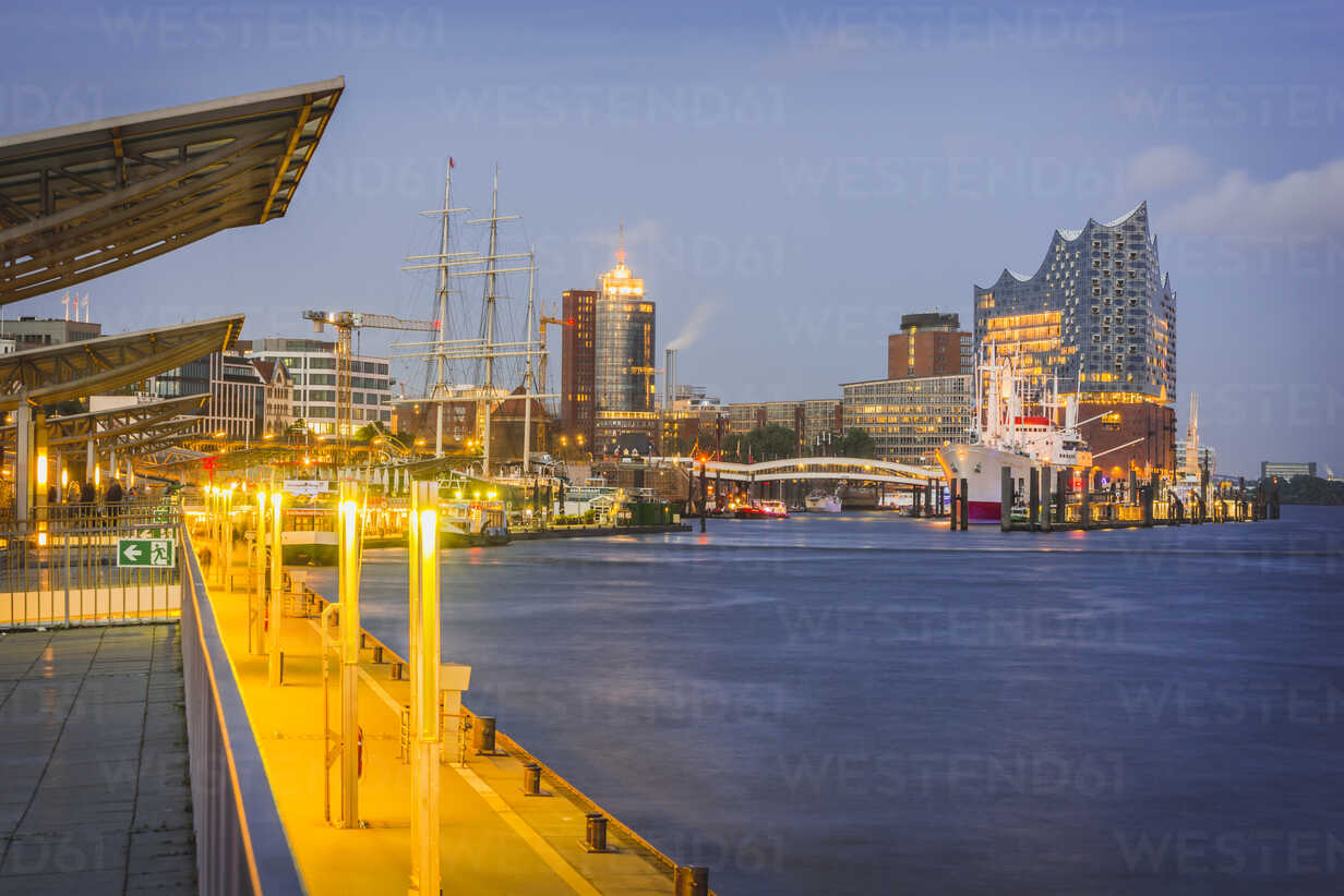 Germany, Hamburg, view from Landing Stages to museum ship Cap San Diego and Elbphilharmonie - KEBF00567 - Kerstin Bittner/Westend61