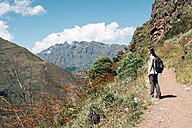 Peru, Valle Sagrado, woman hiking on the way to the Incan ruins of Pisac Archaeological Complex - GEMF01664