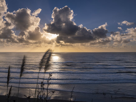 New Zealand, North Island, Raglan, Ngarunui Beach at sunset - STSF01228