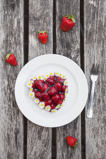 Homemade heart-shaped strawberry tartlet decorated with daisies - GWF05237