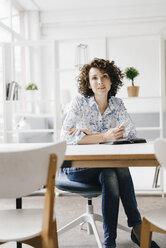 Businesswoman working in office - KNSF01585