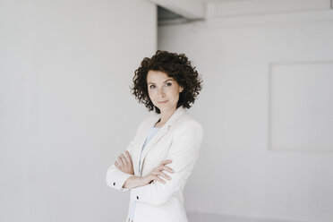 Businesswoman looking at camera with arms crossed - KNSF01603