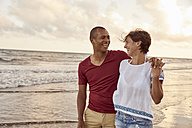Couple in love face to face on the beach - PACF00007
