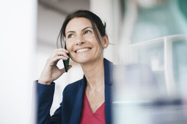 Portrait of smiling businesswoman on the phone - JOSF01204