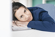 Portrait of businesswoman leaning on desk - JOSF01210