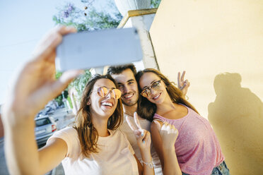 Friends taking a selfie with smartphone on the street - KIJF01609