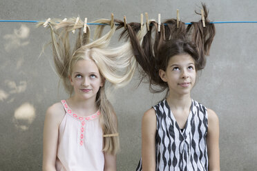 Girls hair drying on clothesline - PSTF00051
