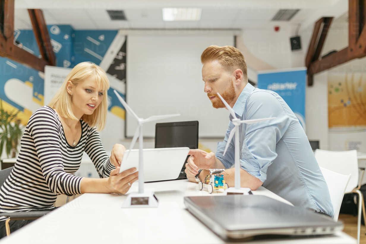 Business people discussing project in office - ZEDF00620 - Zeljko Dangubic/Westend61