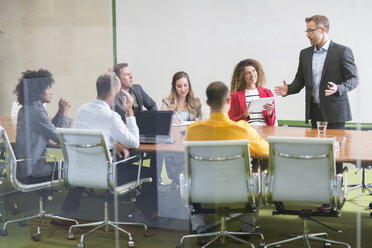 Businessman leading a meeting in boardroom - ZEF14003