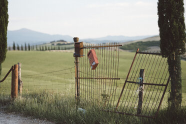 Italy, Tuscany, Val d'Orcia, old gate - LOMF00590