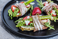 Baguette with strawberries, rocket, asparagus, pecorino flakes and bacon - SARF03338