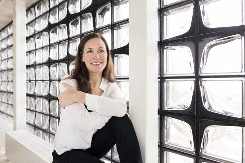Portrait of smiling businesswoman - DMOF00020