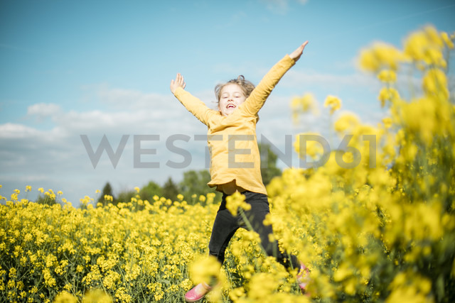 Carefree girl jumping in rape field - MOEF00016 - Robijn Page/Westend61