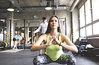 Young woman with training partners exercising in gym - HAPF01822